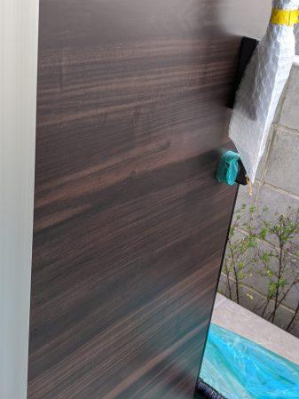 木目調の玄関ドアの凹み傷の補修工事
